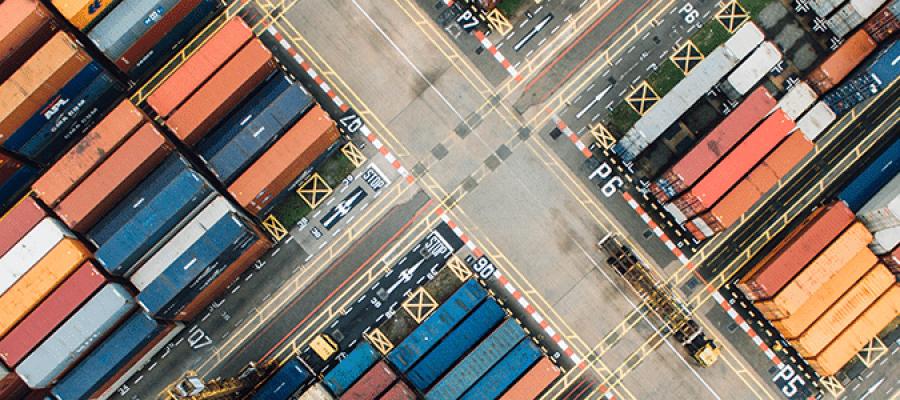 Поглед отгоре на наредени контейнери