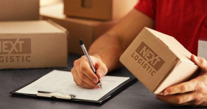 Човек описващ пратки в стокова разписка